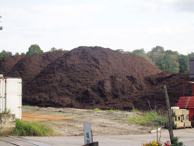 日光街道沿い、住宅地にも隣接しているバーク堆肥工場