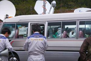 2011年5月10日。立ち入り禁止地区への制限付き「一時帰宅」に同行する記者団