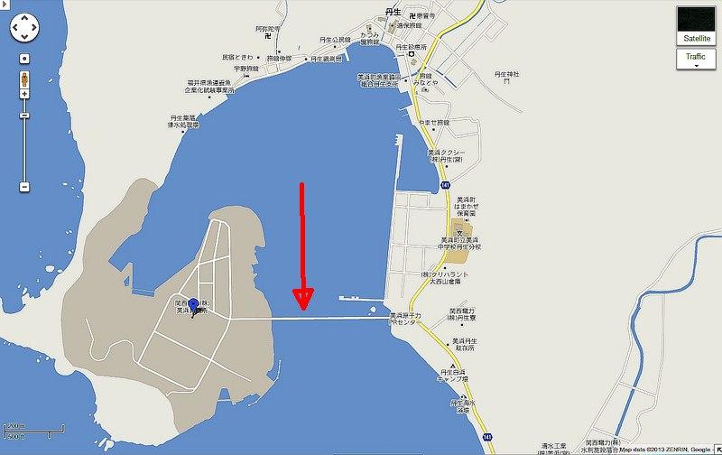 美浜原発は海岸沿いの細い道と海を渡る橋の先にある