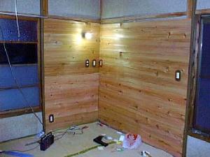 繊維壁の上から板を張って大壁方式で改装中