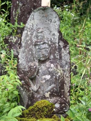 墓地にある石仏が、かつては墓そのものだったらしいと気づいたのは最近のことだ。その時代の人たちの死生観や生活ぶりはどうだったのか。今とは相当違うものだったのだろうとは思うが、具体的なイメージはなかなかわかない。